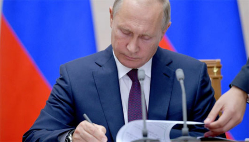 Putin signs law allowing voting by mail, Internet