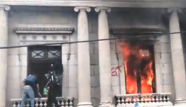 In protest of runaway government corruption, Guatemalans burn their Congress